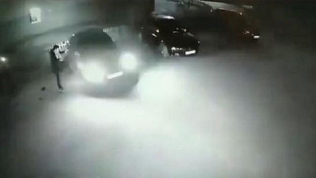 Полицейские Рудного установили парня, пинавшего чужие автомобили