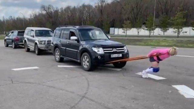 Видео: Казахстанка протащила за собой три внедорожника