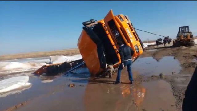 Водитель грузовика захлебнулся талыми водами в Казахстане