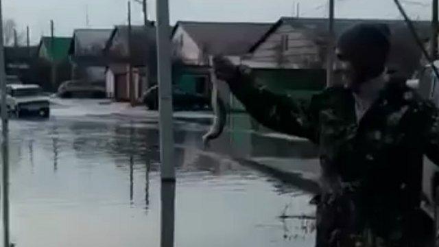 «Вот щука!» Жители затопленного городка ловят рыбу в России