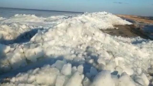 Ползучий лёд убрали с трассы в Костанайской области