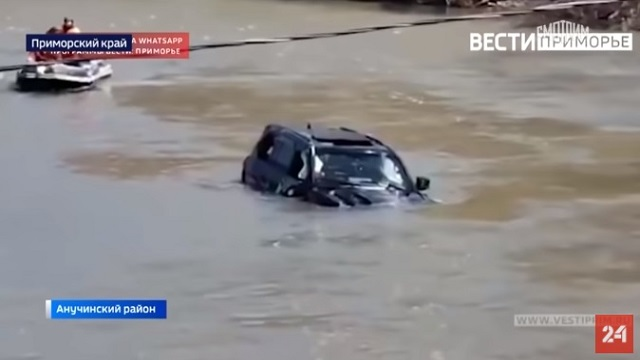 В Приморье автомобиль с моделями рухнул в реку с обвалившегося моста