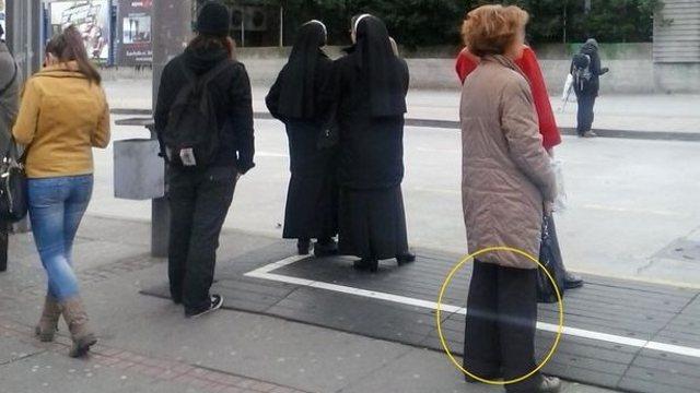 Фото призрака на автобусной остановке обсуждают в Сети