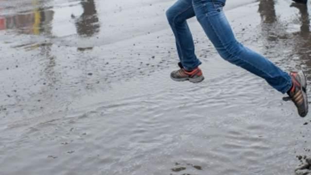 Стихотворение о прыжках через грязные лужи написали в Костанае