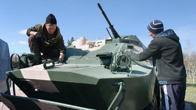 Советскую военную технику в Парке Победы Костаная реставрируют