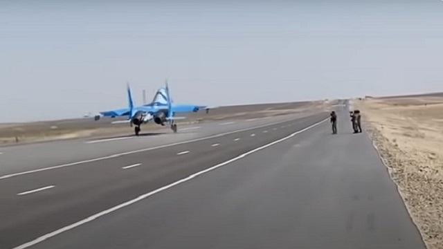 Видео: Истребитель совершил посадку на трассу Актау — Жанаозен