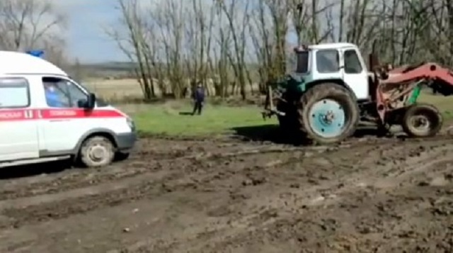 Пенсионер умер, не дождавшись застрявшей в грязи скорой помощи