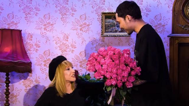 Скриптонит подарил розовые розы Алле Пугачевой