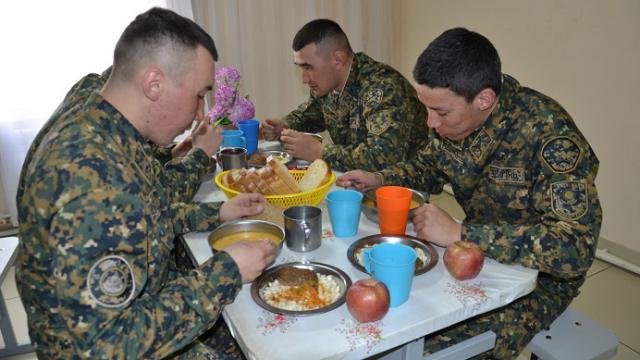 Ни нарядов, ни очередей: Как питаются солдаты в Казахстане