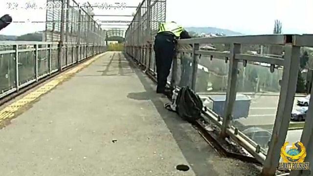 Спасение хотевшей спрыгнуть с моста казахстанки попало на видео