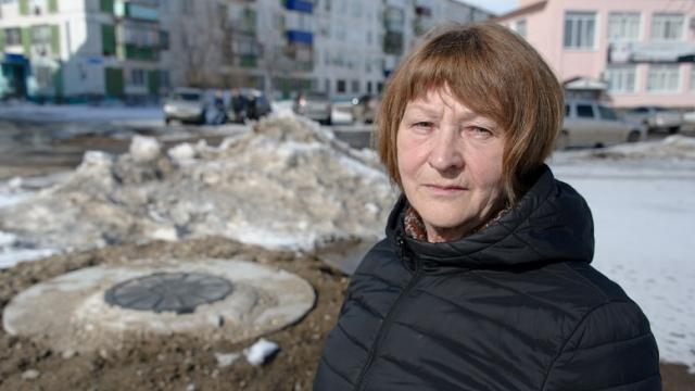 В канализационный люк провалилась жительница Рудного