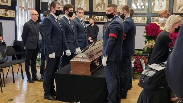 Черный от горя Игорь Верник едва держался на ногах у гроба отца