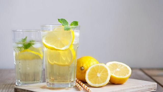 Зачем ежедневно пить воду с лимоном, рассказали врачи