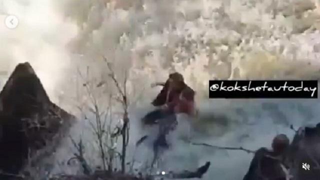 В Акмолинской области мужчина спас дочь, прыгнув за ней в водопад