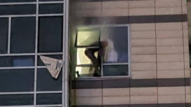 Стрельба в жилом комплексе Алматы: преступник выпрыгнул из окна