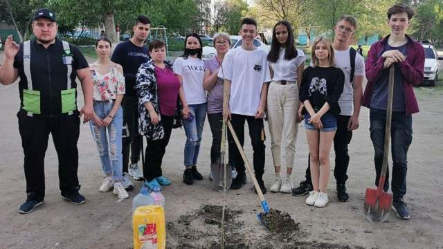 «Зеленый двор — вместе!»: Жители Рудного высаживают деревья