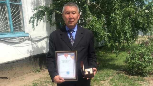 Аким, задержавший возможного убийцу, награждён часами и грамотой