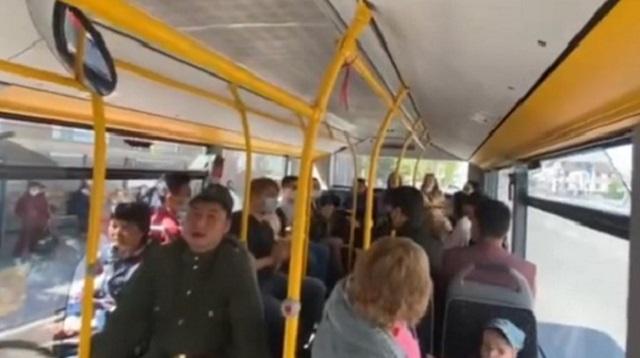 Видео: Военными песнями удивили пассажиров автобуса в Костанае
