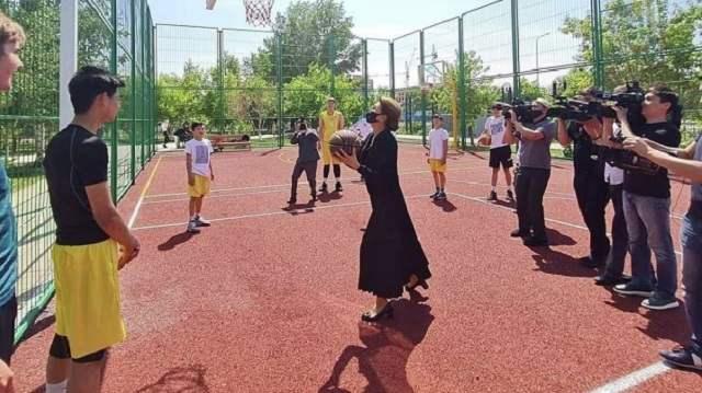 Дарига Назарбаева сыграла в баскетбол под вспышки камер