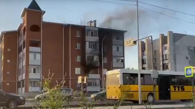 Видео: Пожар случился в доме по улице Каирбекова в Костанае