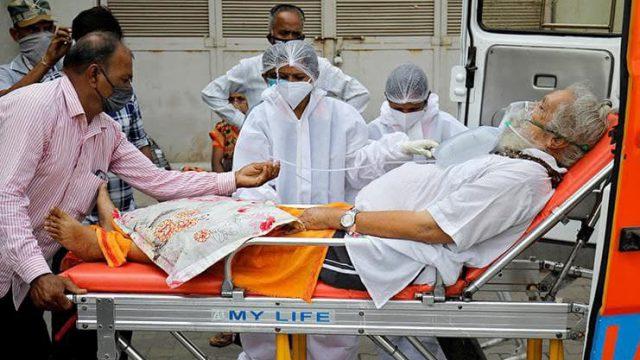 Десятки жертв коронавируса сбросили в реку