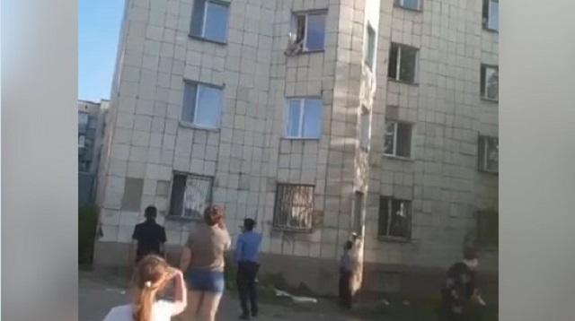 Видео: Карагандинка с ребенком на руках пыталась прыгнуть из окна