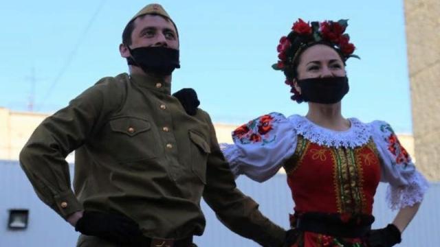 Артисты дают дворовые концерты для ветеранов в Костанае