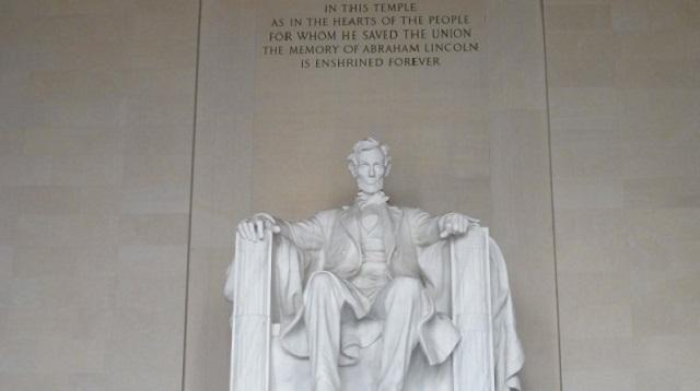 «Здесь был Нурик» нацарапали на монументе Линкольну в США