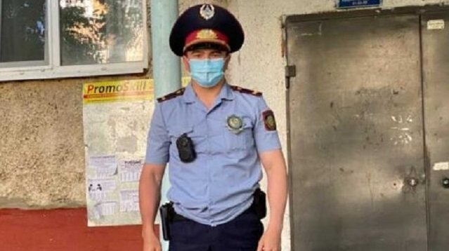 Cпас ребенка от падения из окна полицейский в Костанае