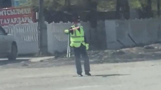 «Запутался»: Регулировщик стал героем вирусного ролика в Караганде