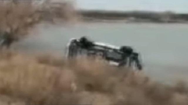 Видео: Автомобиль с телом рыбака достали из реки в СКО