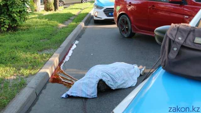 Отбросило на 10 метров: автобус снёс женщину в Алматы