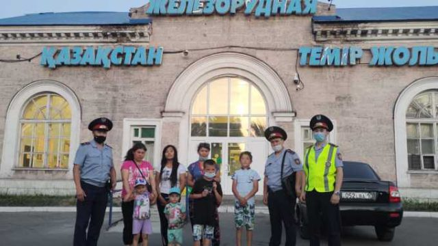 Двум опоздавшим на поезд мамам с детьми помогли в Рудном