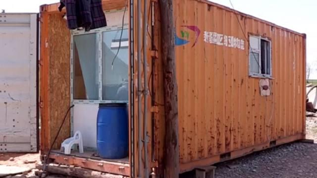 Многодетная семья с шестью детьми полгода живет в контейнере