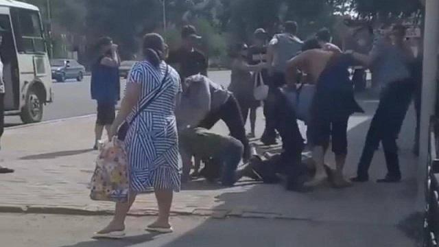 Видео: Спор в автобусе перерос в драку в Уральске