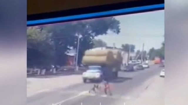 Смерть под колесами грузовика отца и дочери попала на видео