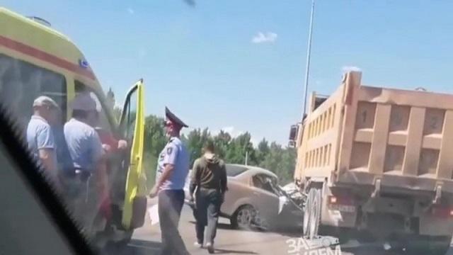 Грузовик раздавил легковушку в Нур-Султане