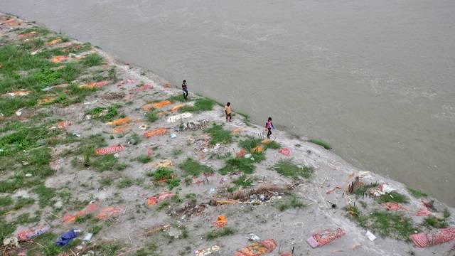 Трупы умерших от ковида начали массово всплывать на севере Индии