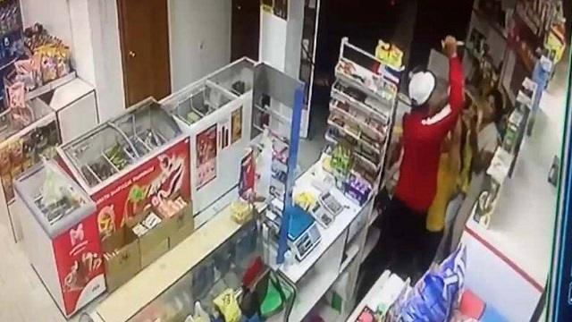 Видео: Ревнивец из ЗКО ударил ножом женщину на глазах у ребенка