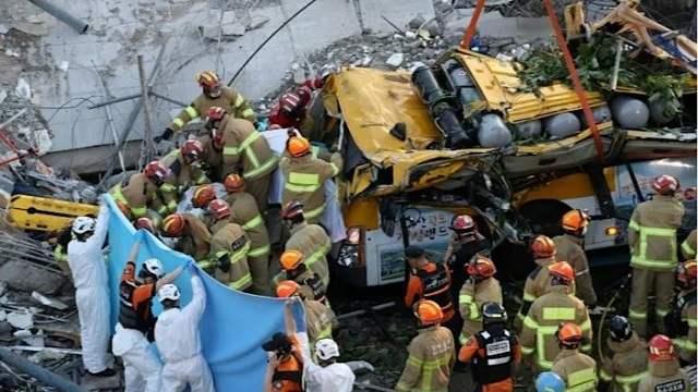 Пятиэтажный дом рухнул на автобус с людьми. Есть погибшие