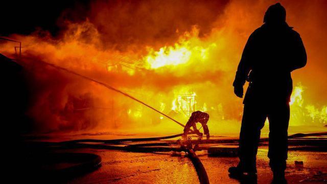 Видео: Камышитовый дом одинокого пенсионера сгорел в Костанае