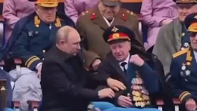 Мошенники обокрали ветерана, которому Путин поправил куртку 9 мая