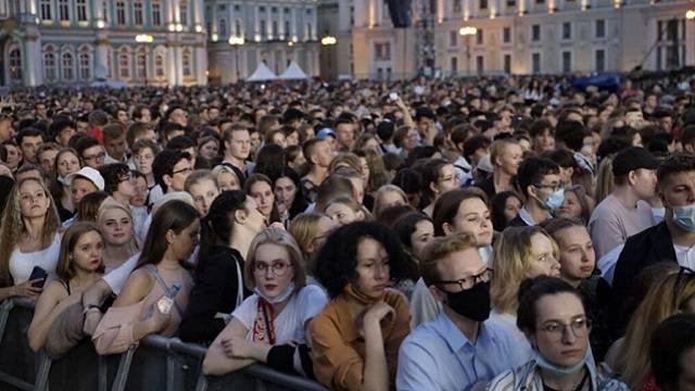 В Москве пандемия и пик заражений, а в Питере «Алые Паруса» и футбол