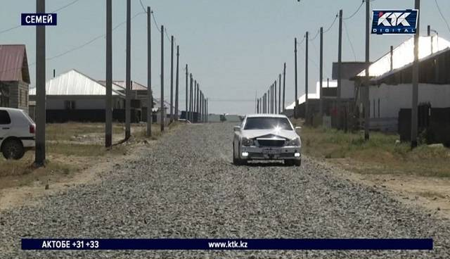 На окраине Семея дорожники засыпали улицы камнями