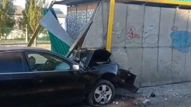 «Останется без прав»: Пьяный водитель въехал в остановку в Рудном