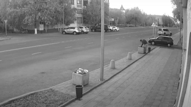 Житель Костаная вырвал цветы из клумбы и попал на видео