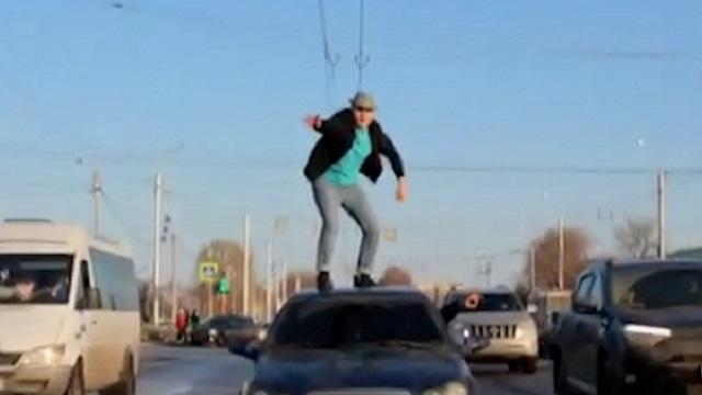 Пьяный казахстанец станцевал на крыше автомобиля пенсионера