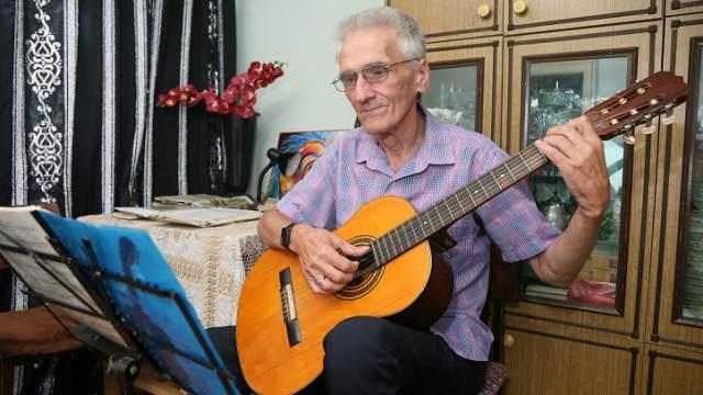 «На гитаре можно сыграть всё» — костанаец Андрей Игошин