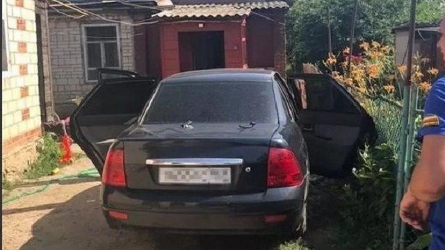 Двое малолетних детей задохнулись в машине из-за жары