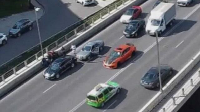 Закончившийся групповой дракой дорожный конфликт попал на видео